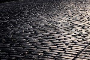 Okapový chodník na ulici